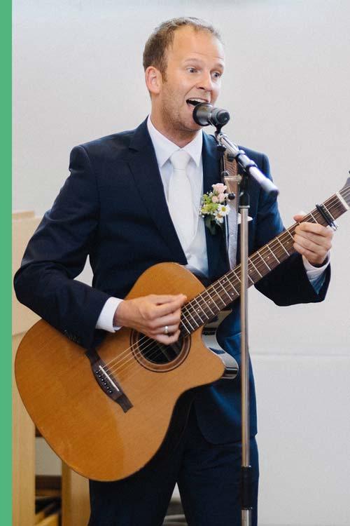 Dr Stefan Fleckenstein spielt Gitarre