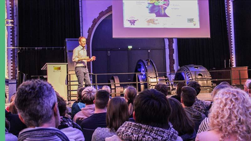 Dr Stefan FLeckenstein haelt einen seiner Vorträge